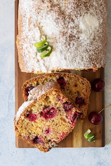 Fette di torta di libbra fatta in casa con ciliegie e noci