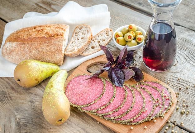 Fette di salsiccia italiana salsiccia con pere e vino