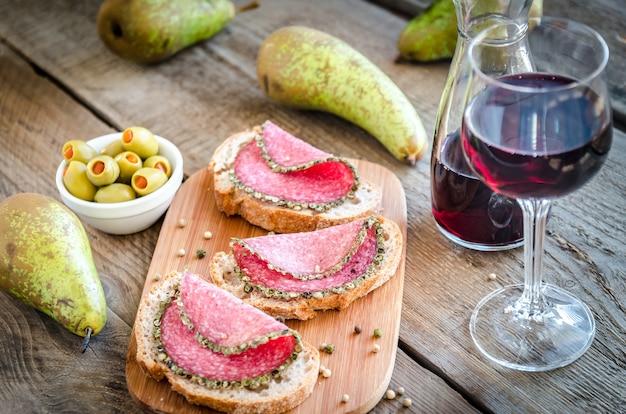 Fette di salame italiano con pere e vino
