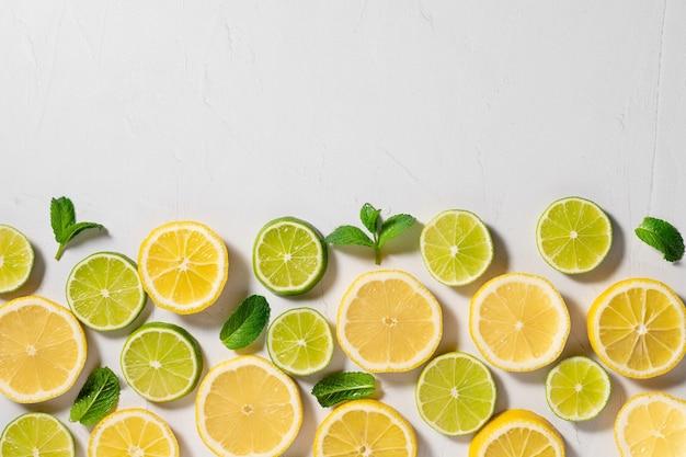 Fette di limone lime e foglie di menta bordo per cibo estivo piatto summer