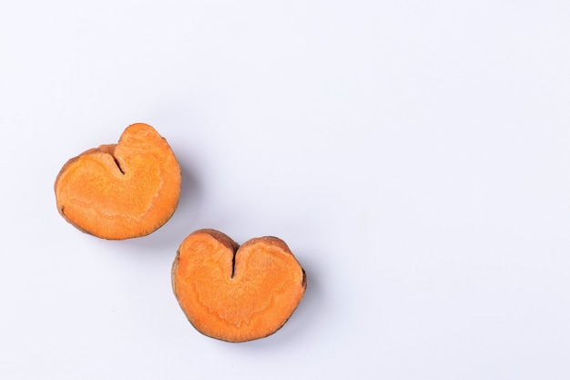 Fette di carote organiche a forma di cuore, concetto per san valentino, carote d'amore, spazio copia, vista dall'alto