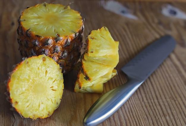 Coltello tagliato a fette di ananas