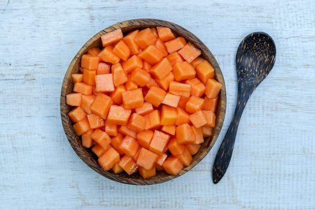 Fette di frutta matura dolce papaia sulla ciotola di cocco
