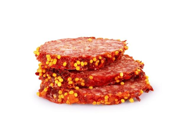 Fette di salame. isolato su uno sfondo bianco. salsiccia tagliata.crudo affumicato.
