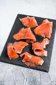 Fette di salmone affumicato. pesce biologico. sfondo bianco. vista dall'alto.