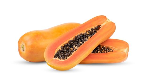 Fette di papaia dolce isolato su bianco