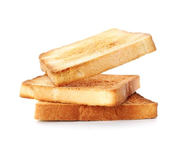 Fette di pane tostato isolate su bianco