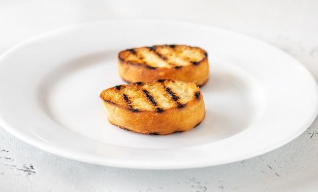 Fette di pane tostato sul piatto di portata