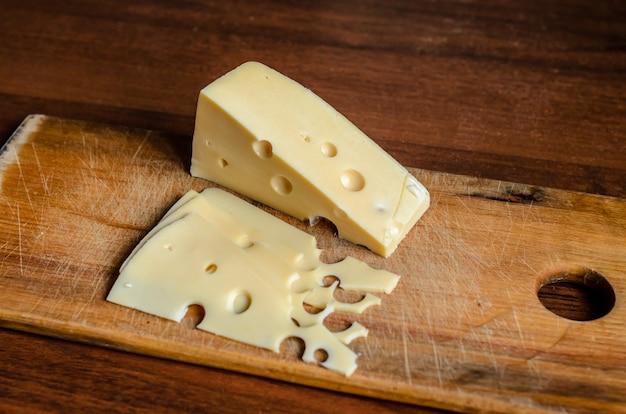 Affettare il formaggio sul tagliere