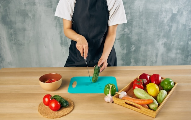 Affettare verdure fresche tavolo da taglio preparazione del cibo cucina cibo sano
