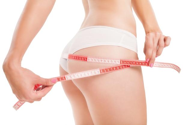 Corpo sottile di donna con un metro a nastro.