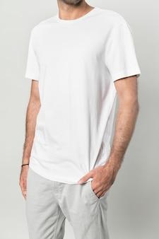 Uomo magro con una maglietta bianca