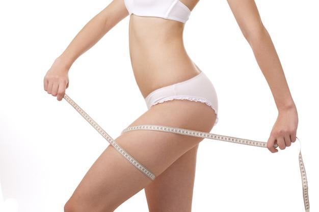 Corpo di donna sottile e perfetto su sfondo bianco