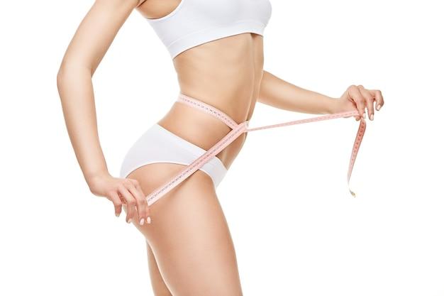 Corpo di donna abbronzato sottile isolato su sfondo bianco