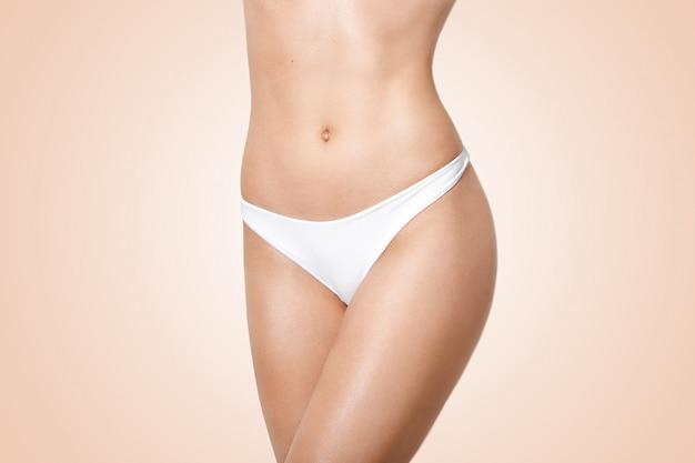Giovane donna magra con perfetta forma del corpo