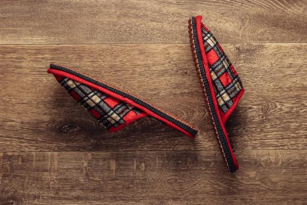 Pantofole sul pavimento in legno. vista dall'alto