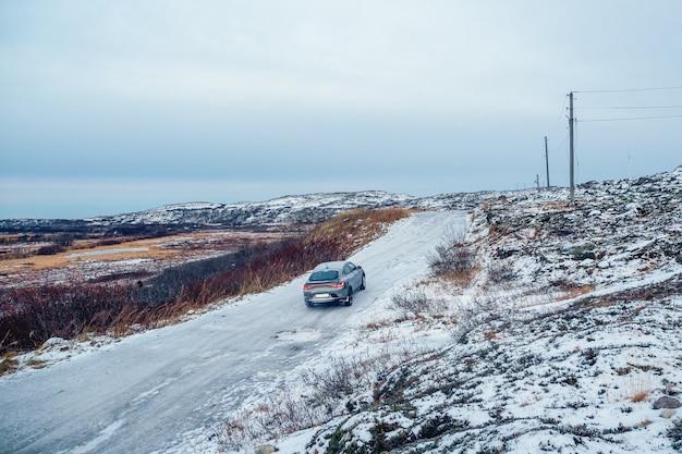 Strada artica scivolosa attraverso le colline. teriberka invernale.