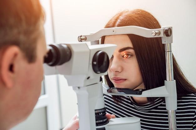 Esame con lampada a fessura. biomicroscopia del segmento dell'occhio anteriore.