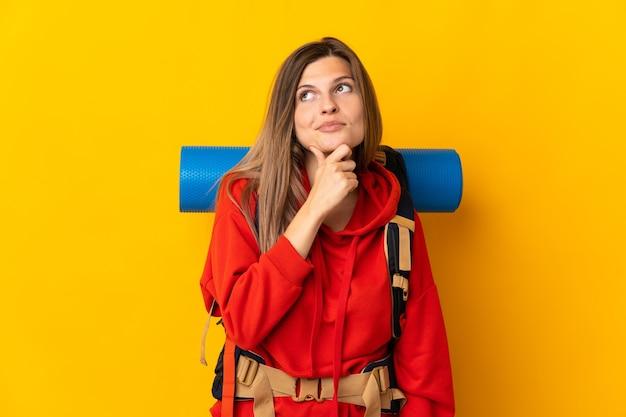 Donna slovacca dell'alpinista con un grande zaino isolato