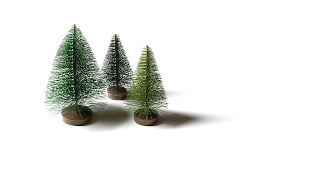 Piccoli alberi di natale artificiali isolati su sfondo bianco.