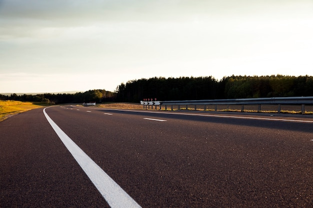Una piccola strada asfaltata, situata fuori dal paese