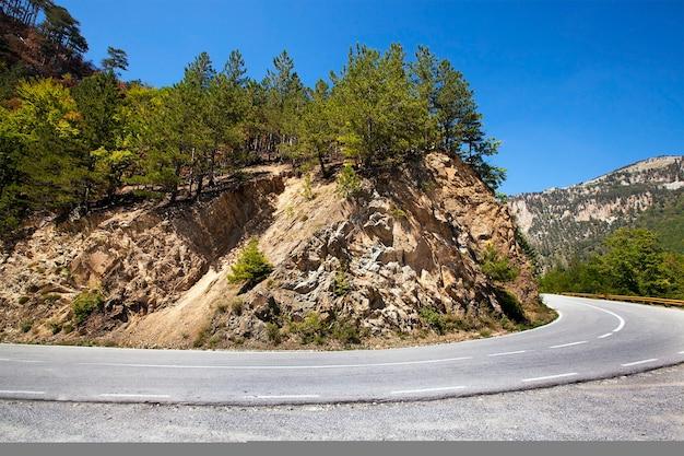 La piccola strada asfaltata che passa in montagna, montenegro