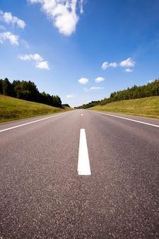 La piccola strada asfaltata che si trova nelle zone rurali.