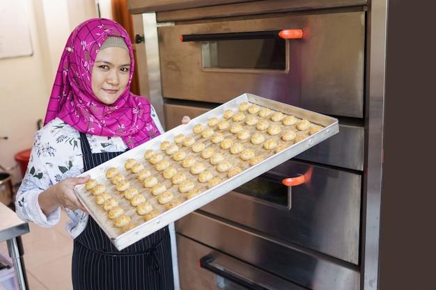 Piccolo imprenditore da forno con la sua pasticceria