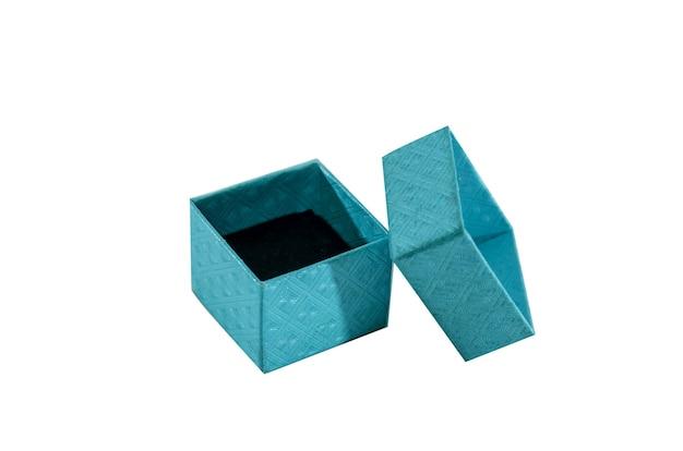 Piccola scatola blu su superficie bianca