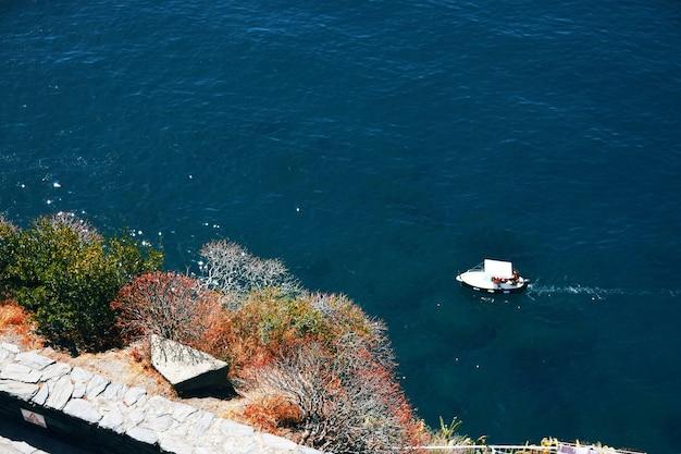 Una piccola barca sulla costa selvaggia di chinque terre