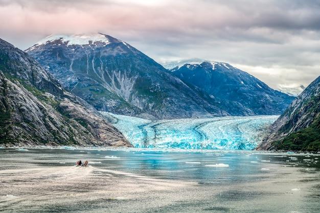 Una piccola barca con turista per un ghiacciaio in alaska