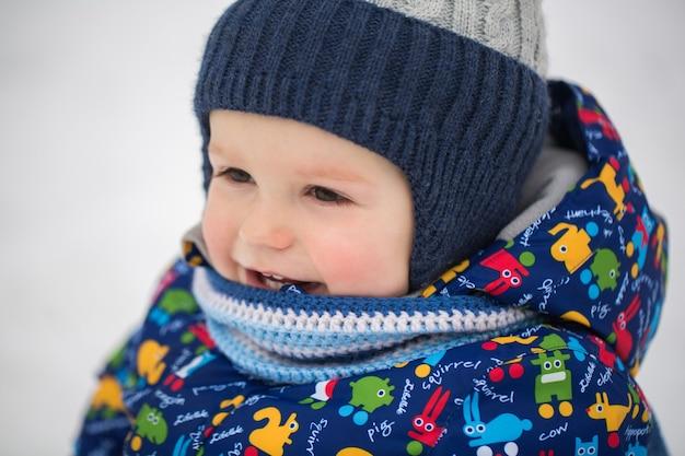 Piccolo ragazzo in inverno la neve.