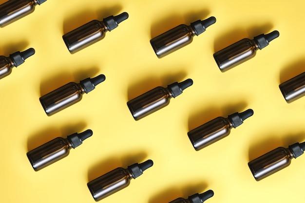 Piccole bottiglie marroni con pipette
