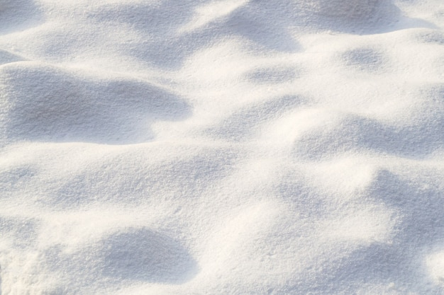 Piccoli dossi di neve. consistenza della neve in una giornata limpida e soleggiata. sfondo naturale.