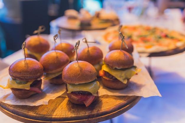 Piccoli hamburger serviti su un piatto come antipasto