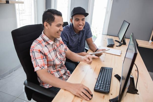 Impiegato di piccola impresa che lavora insieme