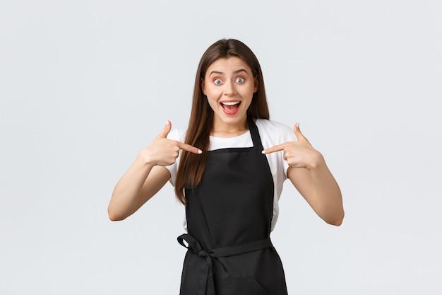 Piccole imprese, dipendenti e concetto di caffetteria. barista felice emozionante che indica se stessa, chiedendo la promozione allegro amichevole lavoratore volontario del caffè, vantandosi del successo personale