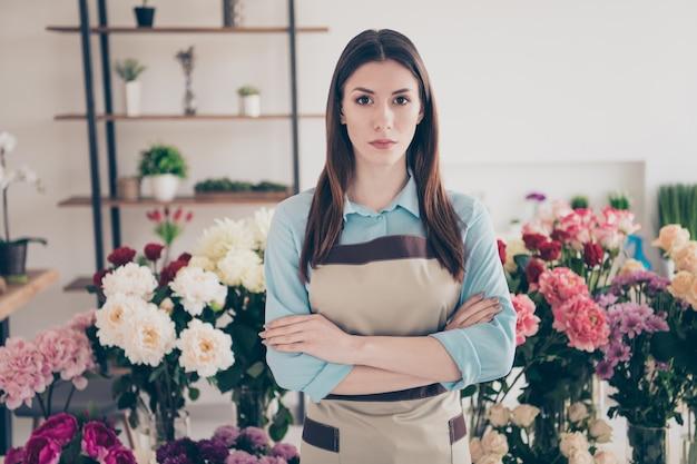Proprietario di una piccola impresa in posa nel suo negozio di fiori