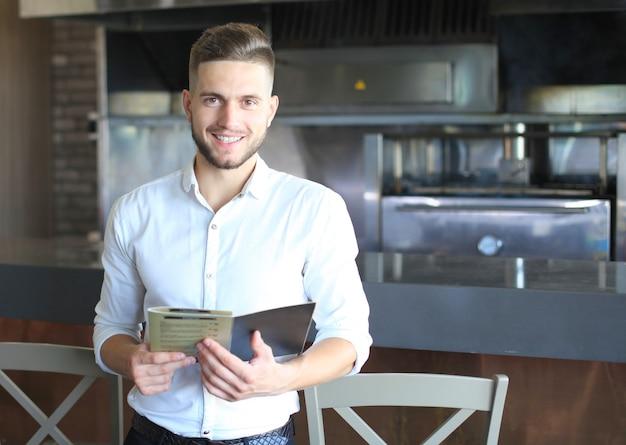 Piccolo imprenditore che lavora nel suo bar