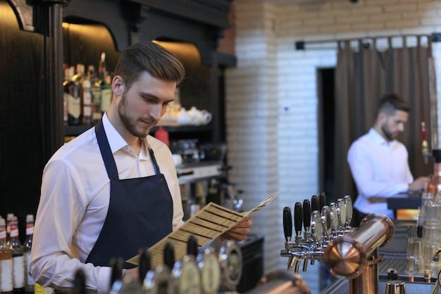 Piccolo imprenditore che lavora al suo caffè.