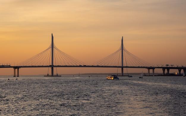 Piccolo ponte strallato del diametro occidentale ad alta velocità a san pietroburgo al tramonto.