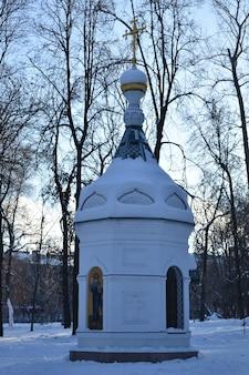Piccola cappella nel parco invernale