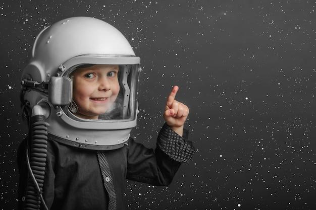 Un bambino piccolo con un casco da astronauta in testa