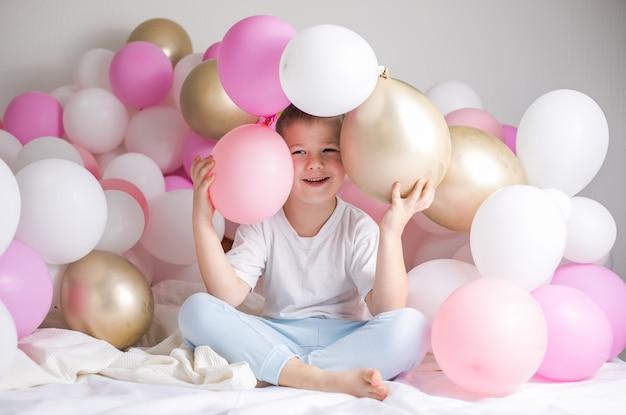 Un bambino piccolo con palloncini festa, celebrazione