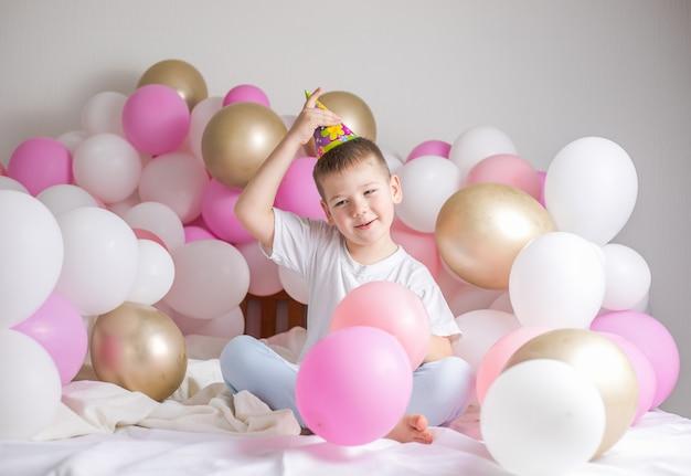 Bambino piccolo con palloncini festa