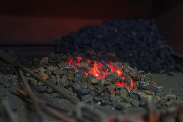Una piccola fucina a carbone è pronta per partire luce naturale