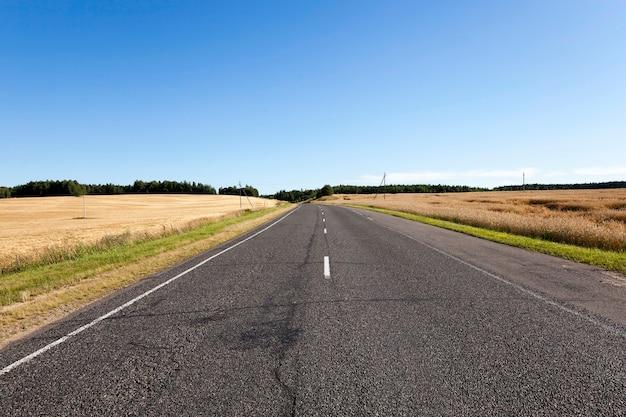 Una piccola strada di campagna, fotografata d'estate
