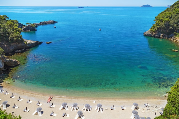 Piccola accogliente baia d'italia, costa ligure d'italia, bellissima spiaggia.
