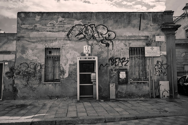 Piccolo edificio fatiscente ricoperto di graffiti ripreso in un vicolo della città di cagliari