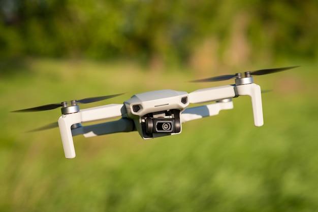 Piccolo drone che vola in aria